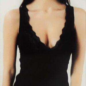 Mélyen dekoltált női csipkés trikó