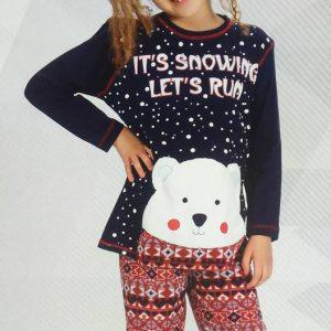 Lányka vastag pizsama macis mintával